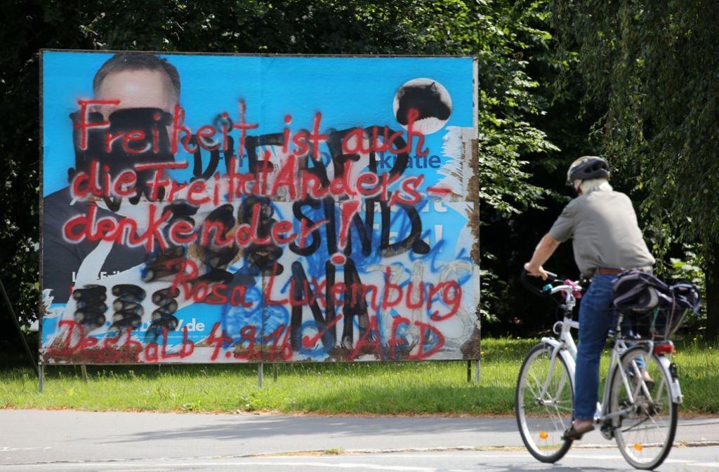 Beschmiertes Wahlplakat der AfD in Rostock. Foto: dpa