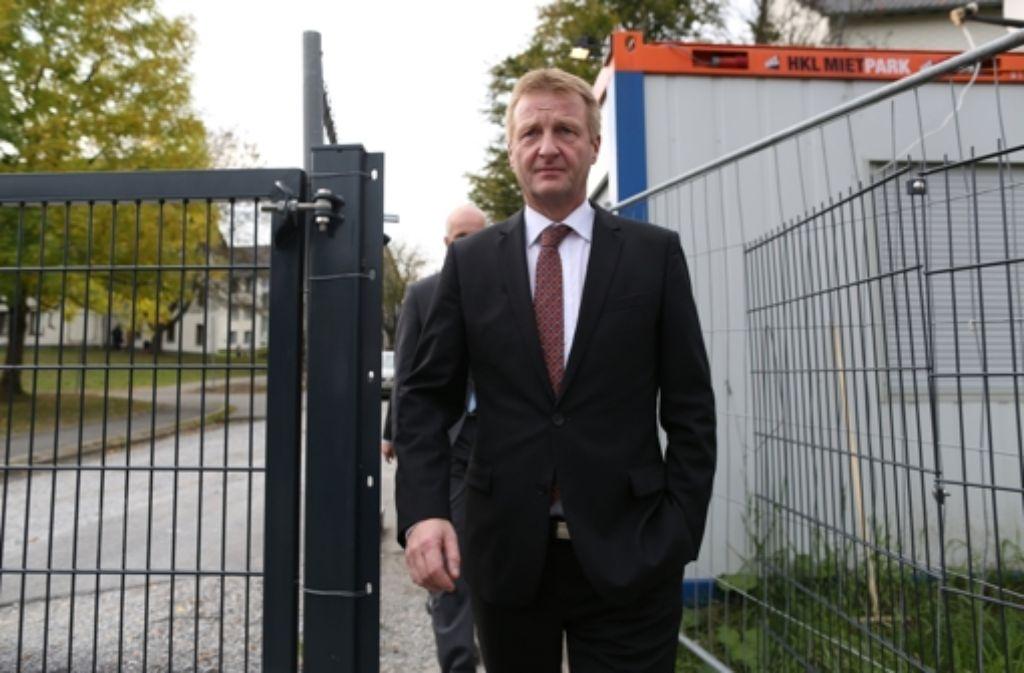 NRW-Innenminister Ralf Jäger (SPD) verlässt nach einer Besichtigung das Gelände des Flüchtlingsheis der ehemaligen Siegerland-Kaserne in Burbach (Nordrhein-Westfalen).  Foto: dpa