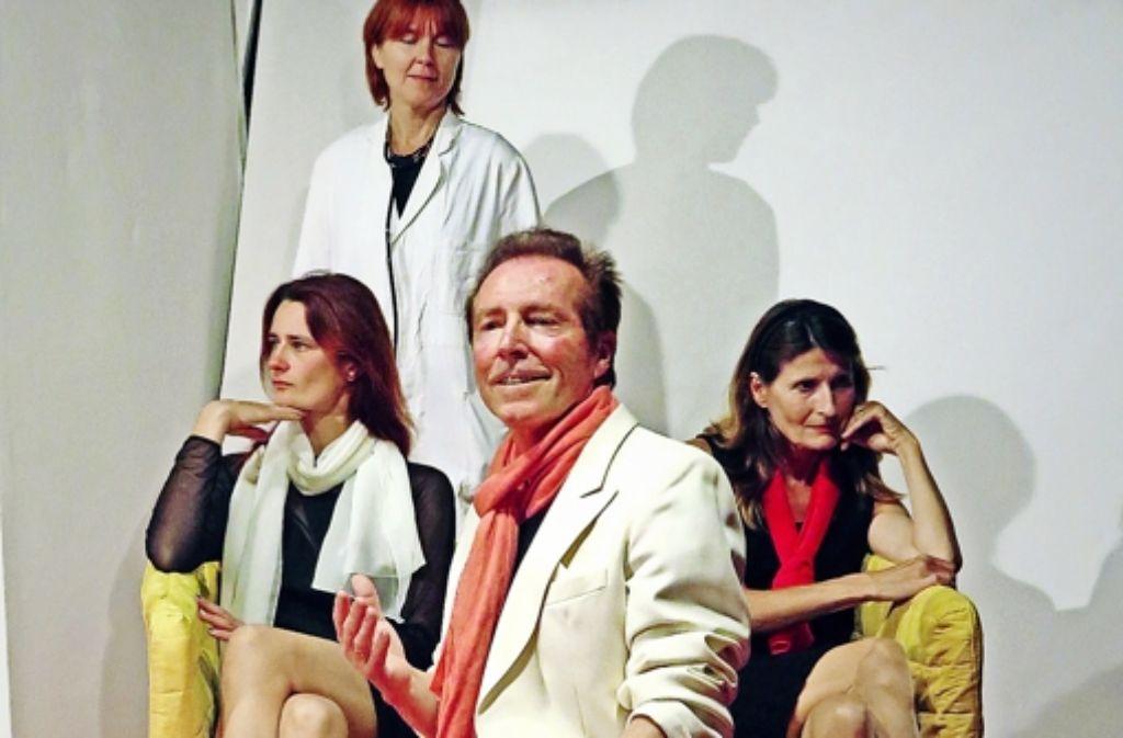 """Gregor (Martin Schmidt) hofft  auf die Gnade """"seiner Frauen"""" Brigitta (Manuela Kinzel, links), Asta (Andrea Glietsch, hinten) und Viola (Irmentraut Barth-Kraus). Foto: TiB"""