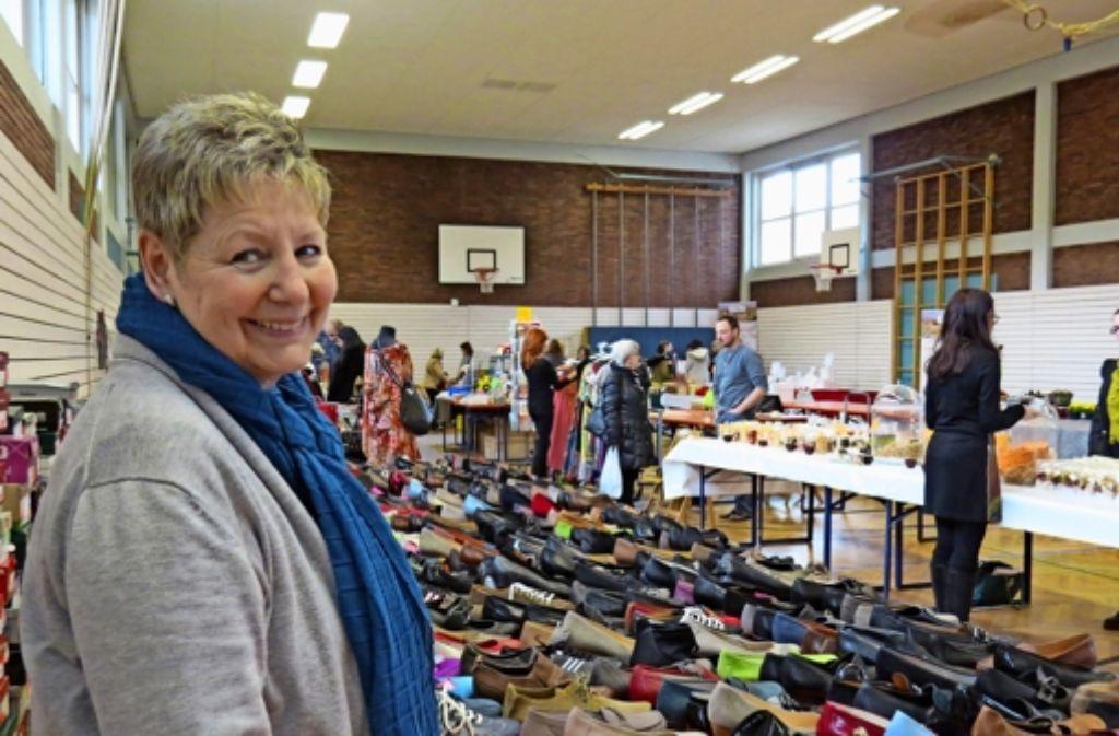 Beim Schnäppchenmarkt bietet ein Schuhgeschäft  Ware aus dem Lager an. Foto: Sybille Neth