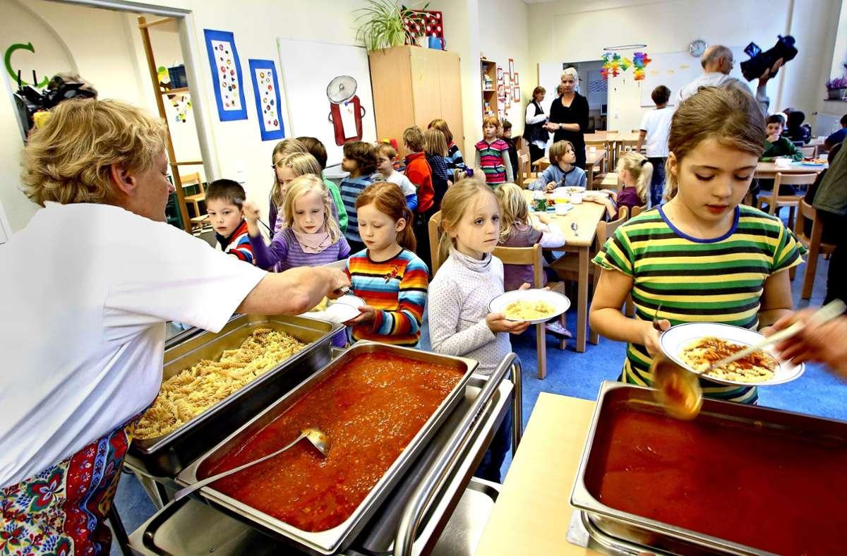 Vom 29. Juni an soll es auch wieder Ganztagsschule mit Mittagessen geben – hier ein Foto aus der Vor-Corona-Zeit. Foto: dpa/Roland Weihrauch