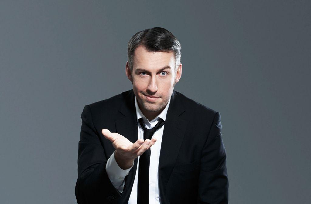 Anzug,  schwarzer Humor und ein komischer Name: Sebastian Pufpaff. Foto: Manuel Berninger