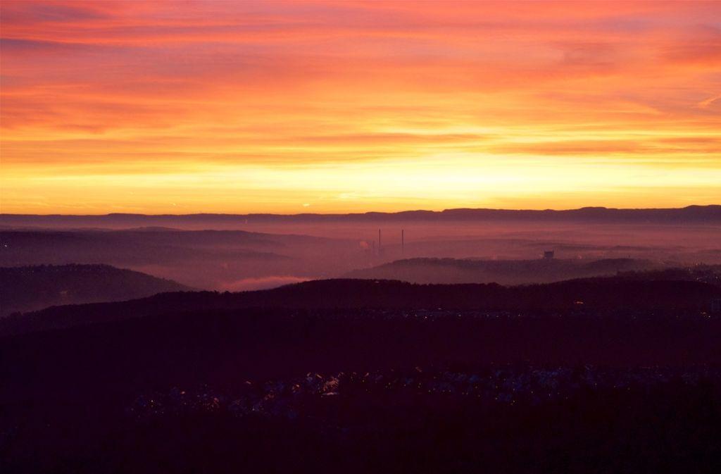 Der Himmel leuchtet feuerfarben, in den Tälern hängt der Nebel: Vom Fernsehturm aus lassen sich Sonnenauf- und untergänge hervorragend beobachten. Foto: Leserfotograf Burgholzkaefer