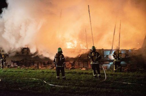Schwerer Scheunenbrand hält Feuerwehr in Atem