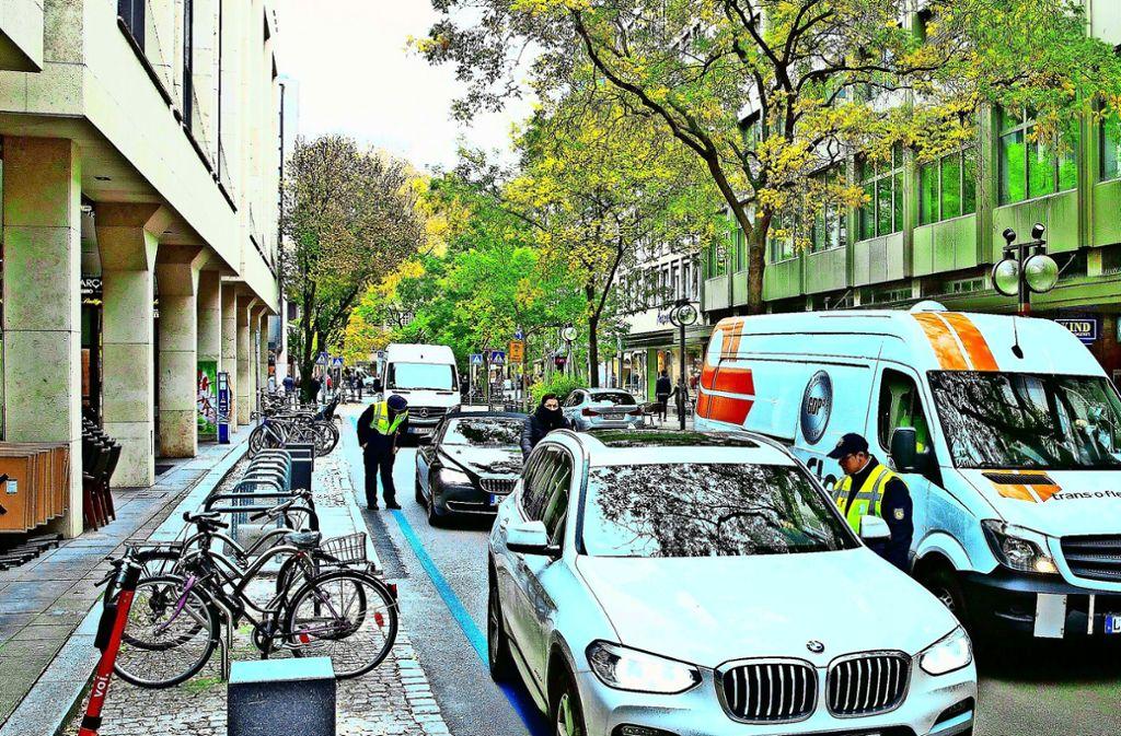 Wirklich frei von Autoverkehr ist die Eberhardstraße auch einige Wochen nach der Einführung der Fahrradstraße nicht. Einige Einzelhändler freut das sogar. Foto: /Leif Piechowski
