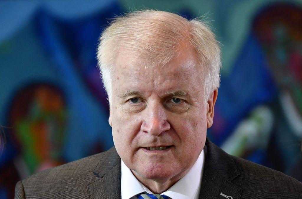 Bei der Vorstellung seines Masterplans freut sich Horst Seehofer über 69 Abschiebungen zum 69. Geburtstag – und sorgt damit für ordentlich Zündstoff im Netz. Foto: AFP