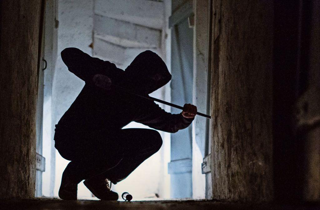 Bei einem Einbruch in eine Gaststätte haben Unbekannte mehrere Hundert Euro gestohlen. (Symbolbild) Foto: dpa/Silas Stein