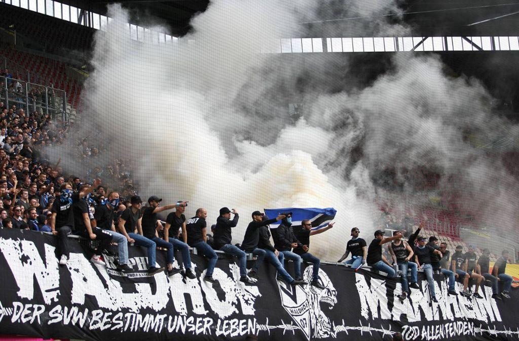 Mehrere Tausend Waldhof-Fans reisten zum Hinspiel auf den Betzenberg nach Kaiserslautern. Foto: imago images/Jan Huebner/Kleer