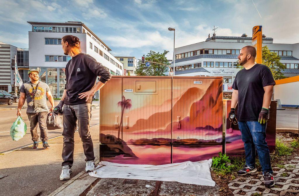 Der Nürtinger Marius Blum (links) und Thomas Idler aus Backnang machen mit. Als Künstler-Duo AdKru sorgen sie für Farbe im öffentlichen Raum. Foto: 7aktuell.de/Daniel Jüptner