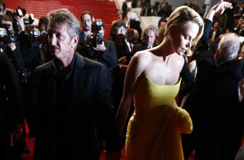 Die Stars in Cannes: Charlize Theron und Sean Penn bei der Mad Max-Vorführung. Foto: dpa