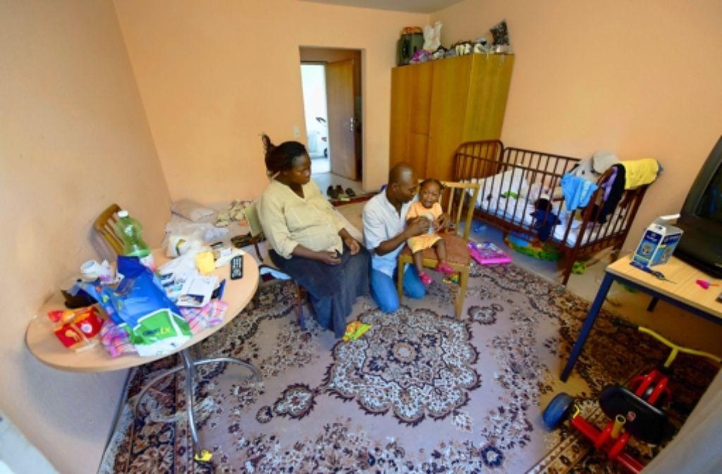 Die Unterbringung von Asylbewerbern wird zum Thema, da mit wachsender Zahl von Flüchtlingen der zur Verfügung stehende Platz weniger wird. Foto: dpa