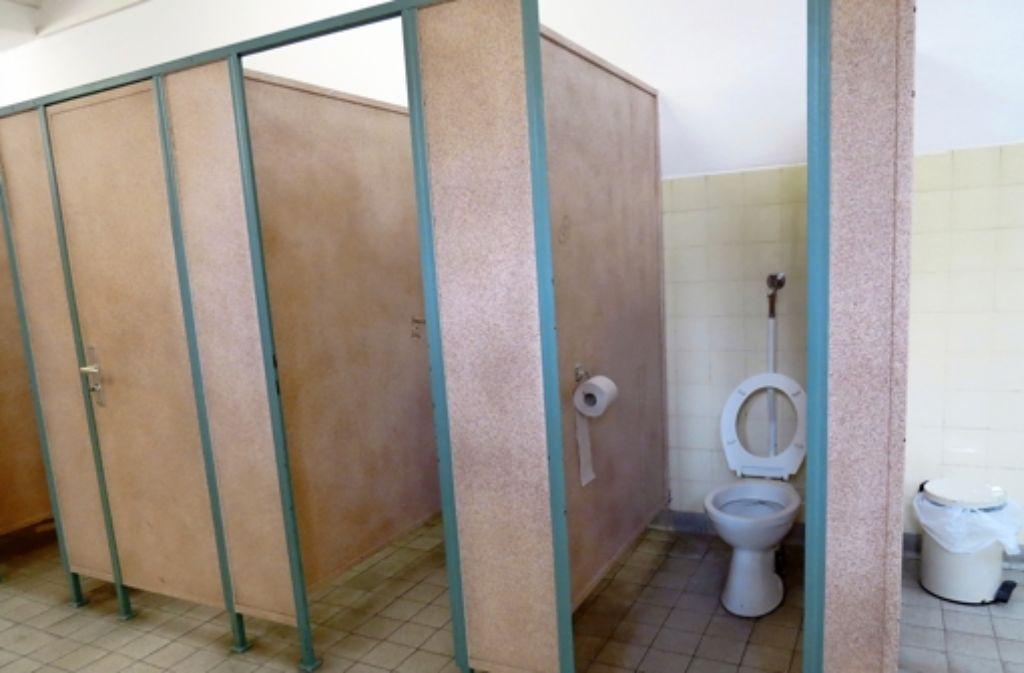 Die Mädchen des Friedrich-Eugens-Gymnasium warten noch auf die Sanierung ihrer einzigen Toiletten. Die Jungs haben es besser: Sie haben schon neue WCs. Foto: Sybille Neth