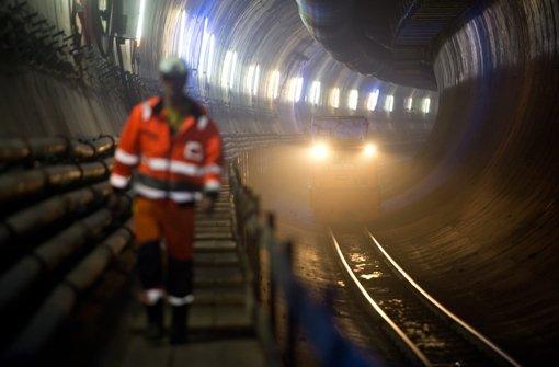 Der geplante Tunnel führt unter dem Fernsehturm entlang. Kritiker, die Angst um das Stuttgarter Wahrzeichen haben, fordern eine Trassenverlegung. Foto: dpa