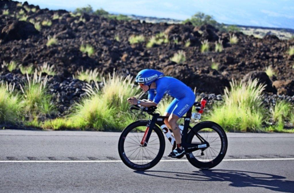 Auf   den     180  Rad-Kilometern   von Hawaii     hatte       Julia Gajer      keinen     Blick     für      die Schönheiten          der   Natur übrig            –   vor allem,  weil   sie     von Krämpfen    in  den   Füßen geplagt   war. Foto: Frank Wechsel