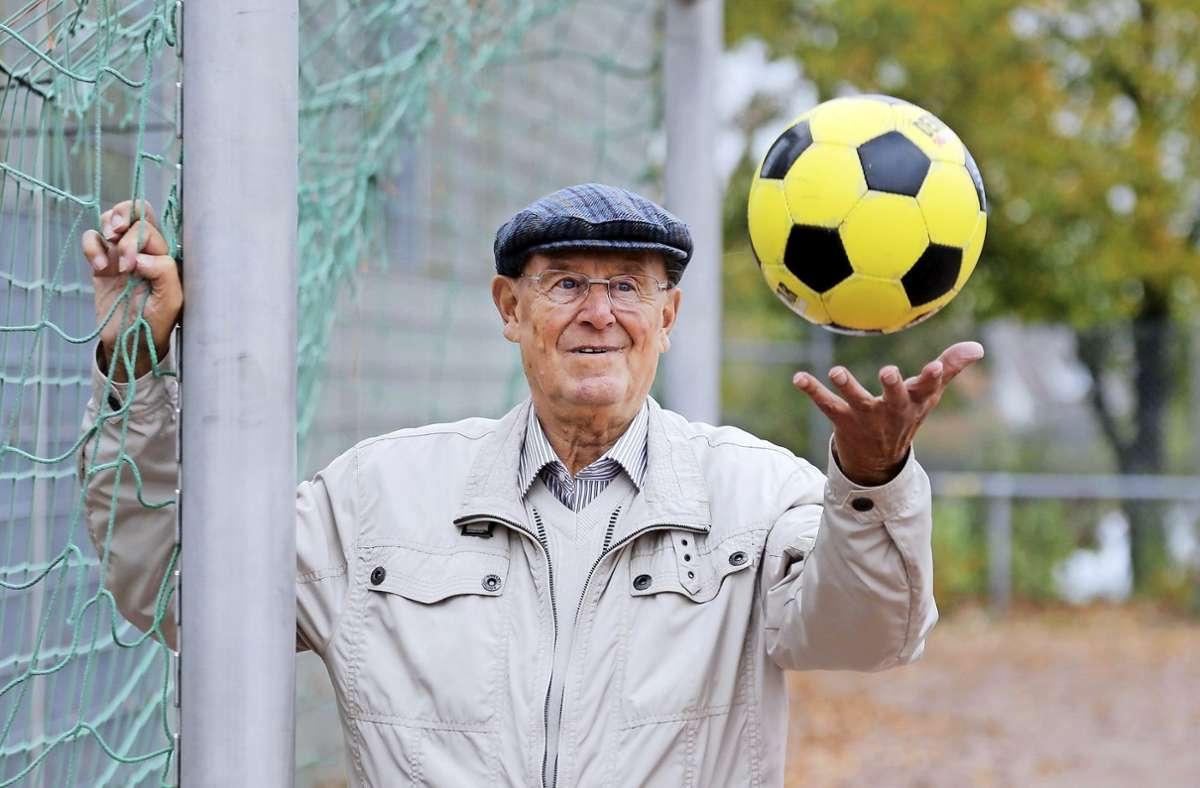 Sawitzki mit Ball und  Markenzeichen auf dem Kopf: Der Schiebermütze. Foto: Baumann