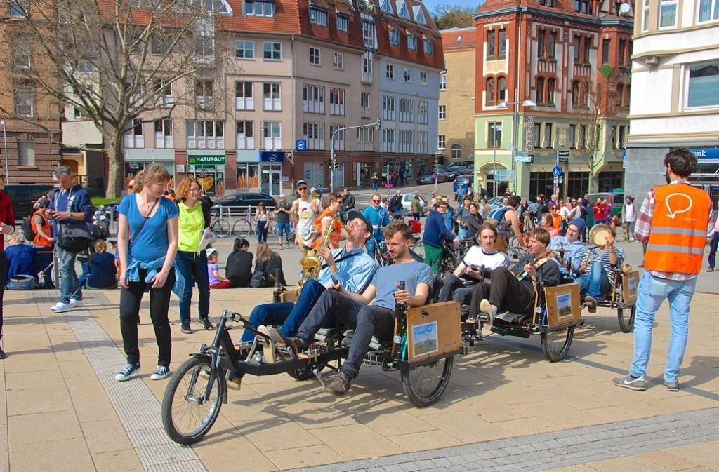 """Die Band """"Bewegung tut gut"""" bei der Ankunft auf dem Marienplatz. Foto: Petra Mostbacher-Dix"""