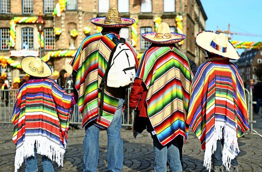 Eine als Mexikaner verkleidete Familie besucht den Rosenmontagsumzug in Düsseldorf. Foto: dpa