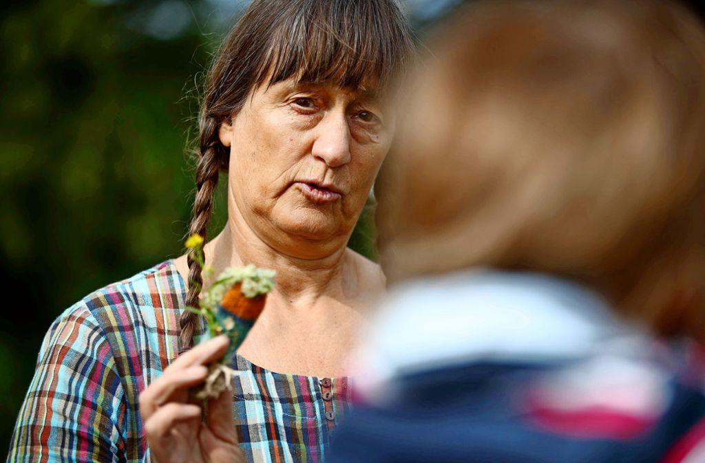 Barbara Schulz und ihre kleine Fee Gundelrebe kennen sich aus in der Pflanzenwelt. Foto: Gottfried Stoppel