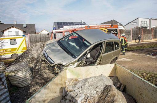 Von der Straße abgekommen – 80-Jähriger im Wagen eingeklemmt