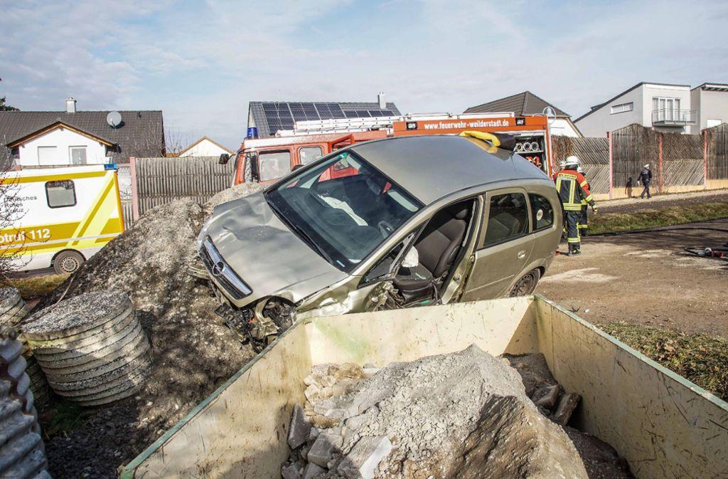 Der 80-Jährige muss nach dem Unfall aus seinem Wagen gerettet werden. Foto: SDMG/SDMG / Dettenmeyer