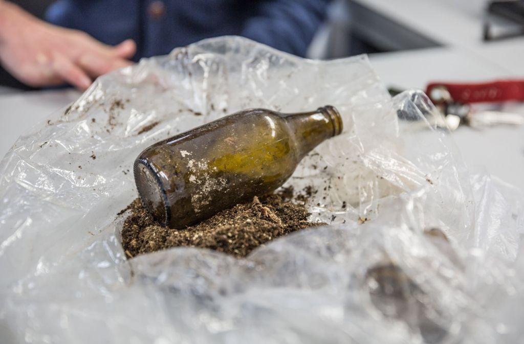 Manipulation? So sieht die Flasche aus, die Kot und Flügelreste von Käfern enthielt, und bei den Baumrodungen im Rosensteinpark gefunden wurde. Foto: Lichtgut/Julian Rettig