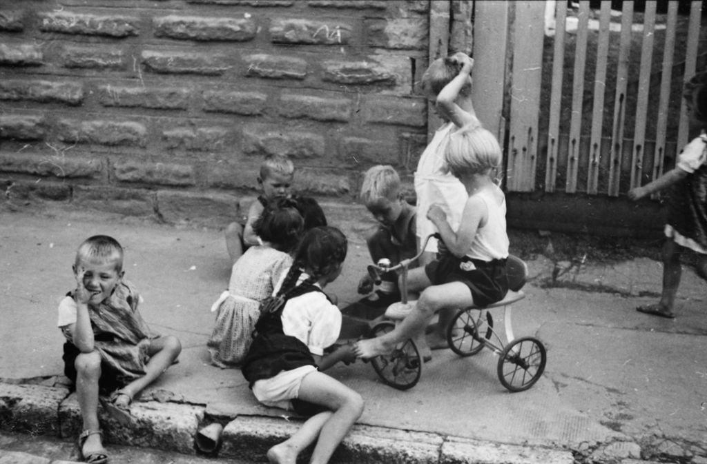 Wer 1942 ein Kind war – wie diese Steppkes in Zuffenhausen –, ist heute womöglich noch am Leben. Foto: Stadtarchiv Stuttgart
