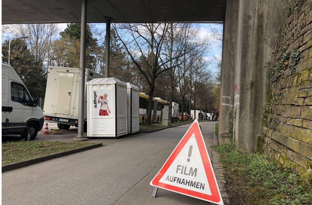 Ein Schild vor dem Perkins Park weist auf die Filmaufnahmen hin. Foto: ks
