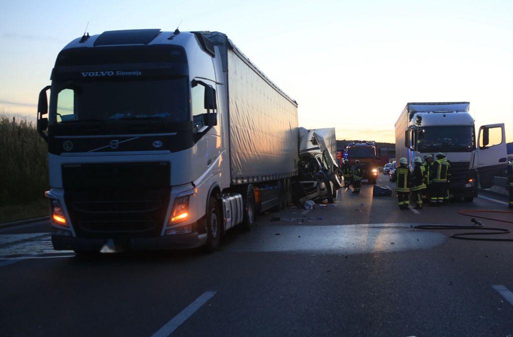 Bei einem Doppelunfall auf der A8 wurden insgesamt sechs Menschen schwer verletzt. Foto: Ralf Zwiebler/dpa