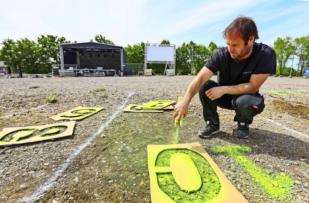 Malen nach Zahlen: Andreas Kienzle, Geschäftsführer von EMT,  beschriftet die Stellplätze für das Autokulturfestival. Foto: factum/Granville
