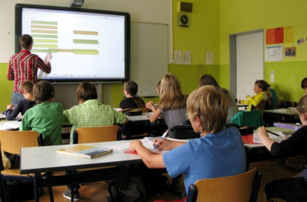 Eine sechse Klasse des Göppinger Freihofgymnasiums wird mit dem Whiteboard unterrichtet. Mit moderner Technik sind die Schulen im Kreis längst ganz ordentlich ausgestattet, doch bei der Lehrerversorgung hapert es mitunter. Foto: dpa