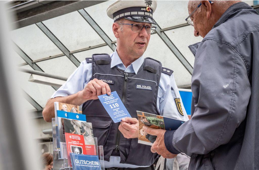 Die echte Polizei versucht vor den falschen Polizisten am Telefon zu warnen. Foto: Lichtgut/Julian Rettig