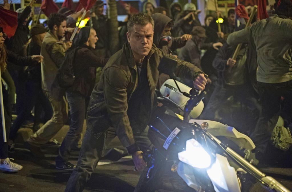 Von den Athener Demonstranten kaum zu unterscheiden, kapert Jason Bourne (Matt Damon) gerade ein Polizeimotorrad. Foto: Universal