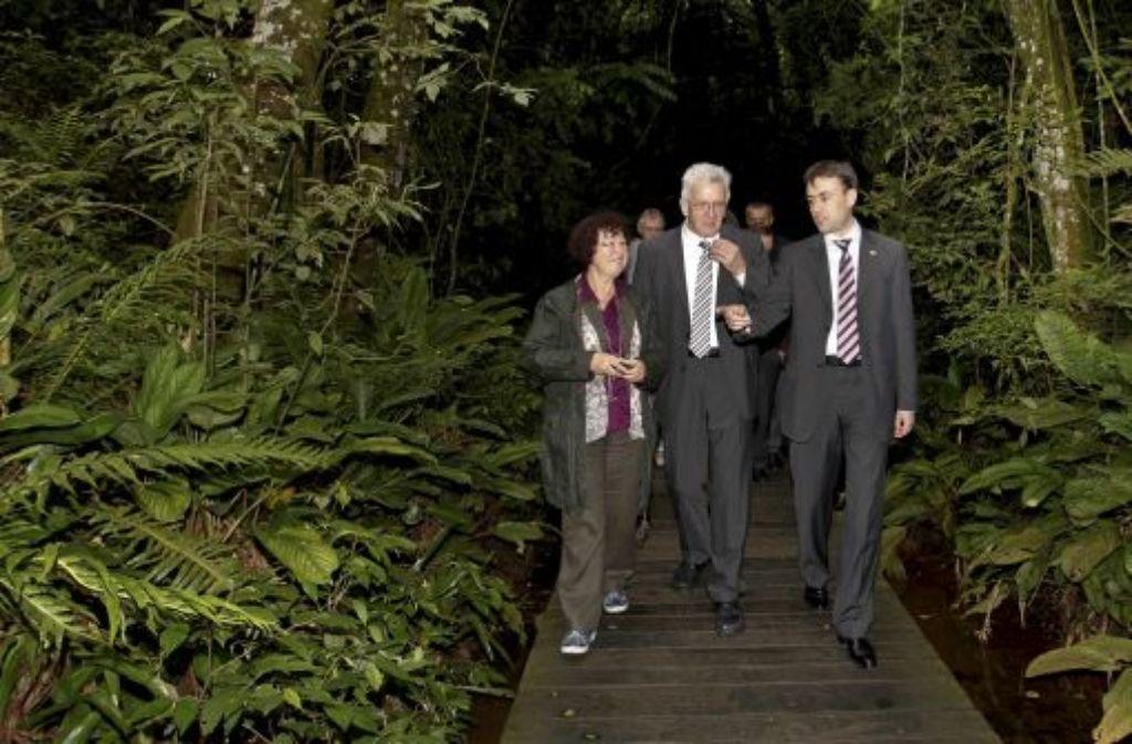 Ministerpräsident Kretschmann hat im brasilianischen Curitiba mit seiner Frau Gerlinde und Finanzminister Nils Schmid (rechts) bei einem Spaziergang im Universitätspark zwar viel Grün um sich, seine grüne Botschaft kommt dagegen eher schleppend an. Foto: dpa