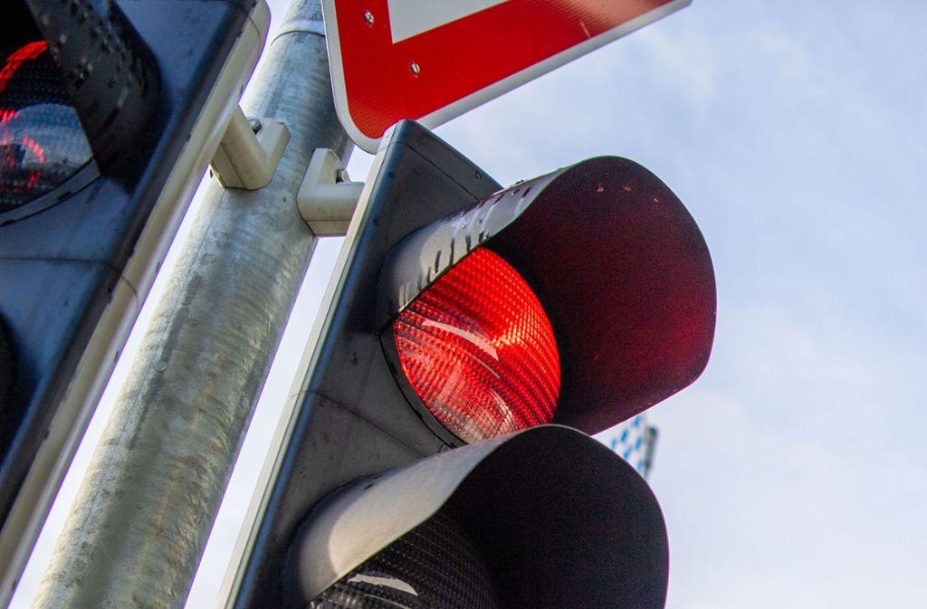 Während die anderen Autofahrer an einer Ampel in Stuttgart-Weilimdorf warten, überholt ein Unbekannter den Stau auf der Gegenfahrbahn – mit teuren Folgen. Foto: dpa/Lino Mirgeler