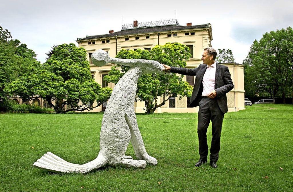 """Die 430-Kilogramm schwere Skulptur neben Galerieleiter Andreas Baur im Merkelpark ist eine der  künstlerischen Auseinandersetzungen in  """"Good Space"""". Foto: Ines Rudel"""