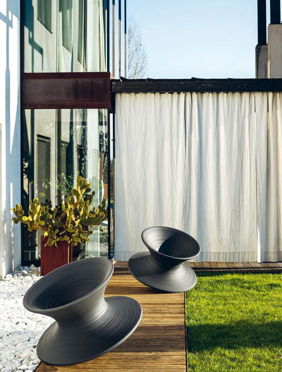 """... schützen sie Räume auch vor aufheizenden Sonnenstrahlen im Sommer und vor einem großen Teil der Kälte im Winter. Gartenmöbel: """"Spun"""" von Magis. Foto: Magis"""