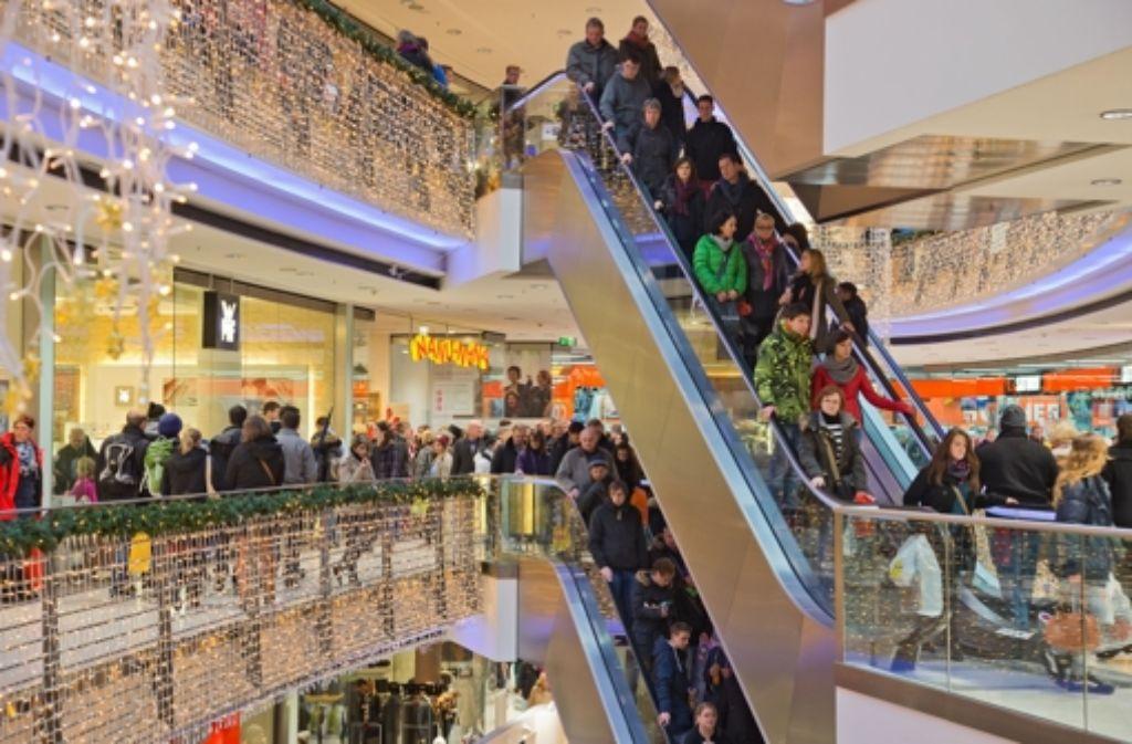 Das bevorstehende Weihnachtsfest sorgt in den Einkaufszentren in der Region für volle Rolltreppen. Foto: dpa