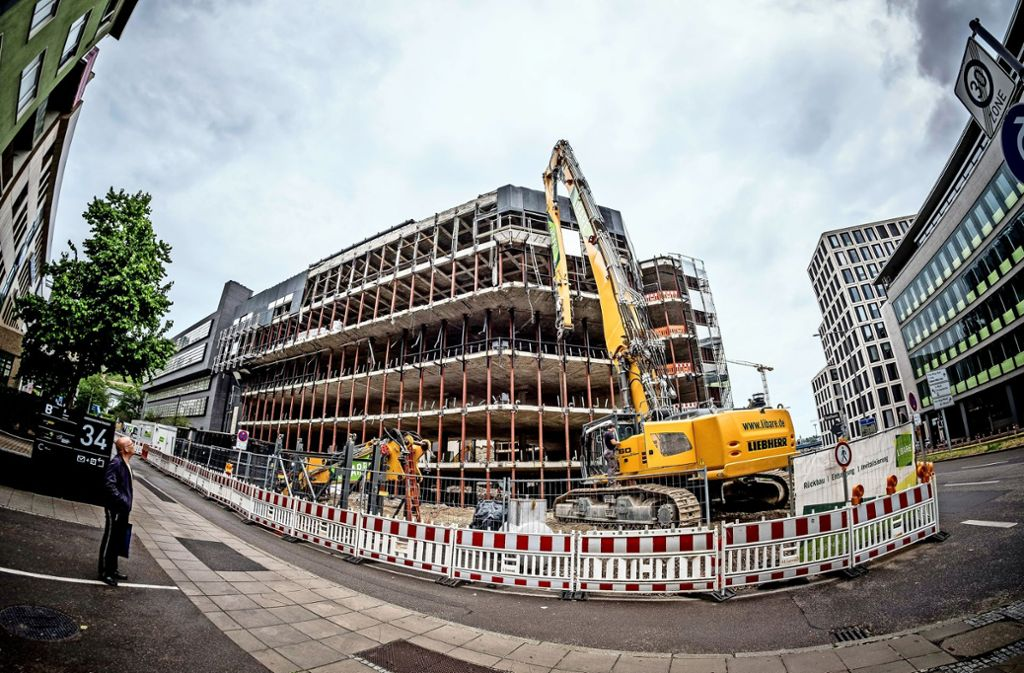 An der Kriegsbergstraße wird dieser Tage gebaggert – die alte EnBW-Zentrale wird abgerissen für ein Motel One Hotel in einem Neubau. Foto: Lichtgut/Leif Piechowski