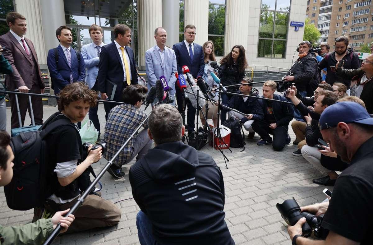 Iwan Pawlow (2.v.l.), Anwalt des inhaftierten Kremlgegners Nawalny, spricht während einer Verhandlungspause an einem Moskauer Gericht mit Journalisten. Foto: dpa/Alexander Zemlianichenko