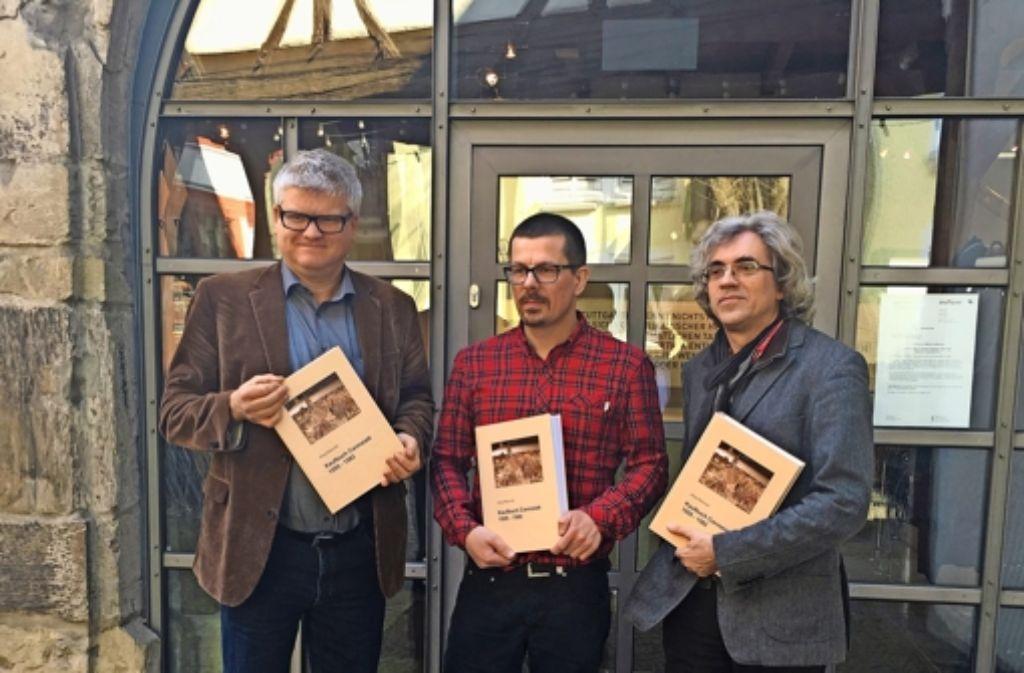 Günter Riederer vom Stadtarchiv Stuttgart, der Autor Jörg Heinrich und Olaf Schulze, Vorsitzender von Pro Alt Cannstatt, vor dem Stadtmuseum (von links) Foto: Pro Alt Cannstatt e.V.