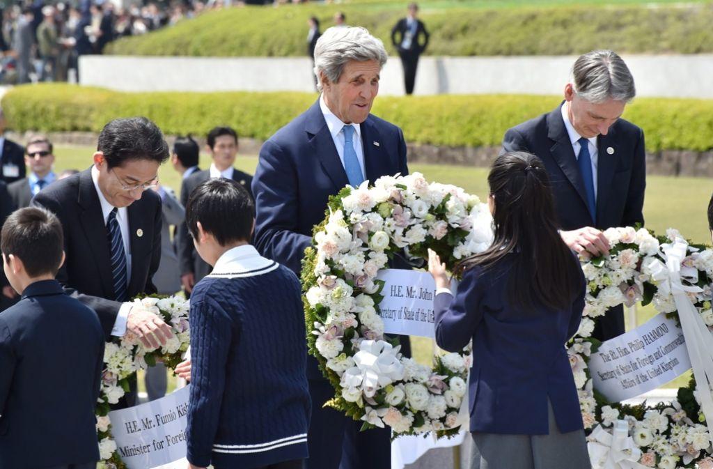 Gemeinsam mit seinen G7-Kollegen hat US-Außenminister Kerry in Hiroshima einen Kranz niedergelegt. Foto: AFP