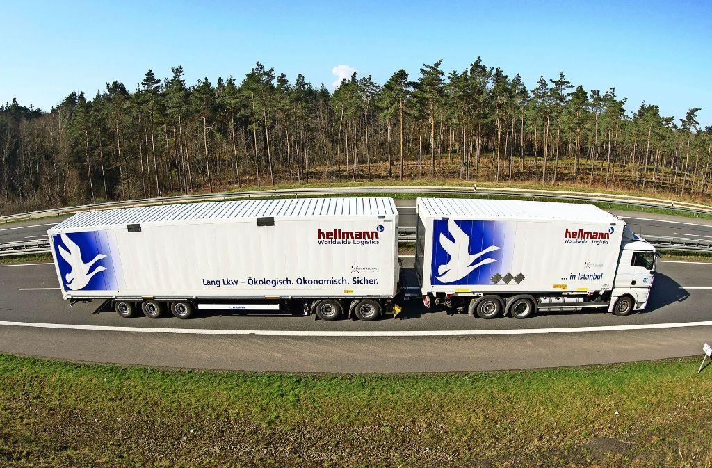 Ein Lang-Lkw  der Spedition Hellmann warb schon vor gut drei Jahren mit dem ökologischen Vorzügen von Riesenlastwagen. Damit ist es allem Anschein nach jedoch nicht sonderlich weit her. Foto: dpa