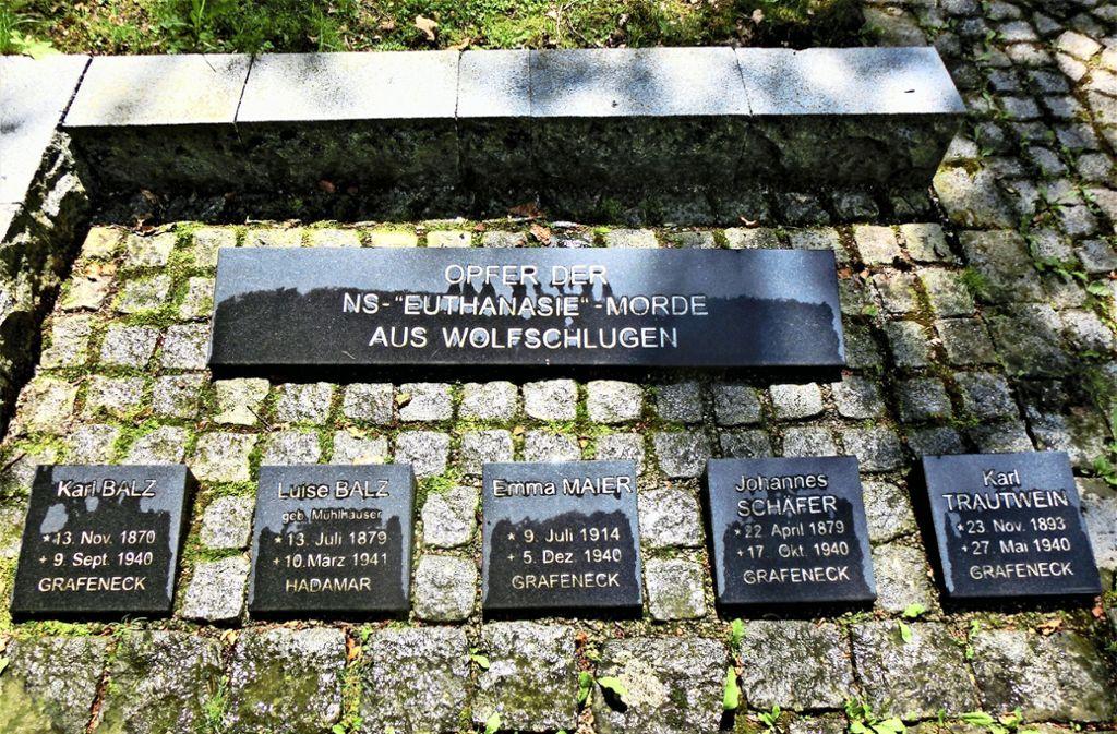 """Eine Gedenkstätte auf dem Waldfriedhof erinnert an die vier Opfer der NS-""""Euthanasie""""-Morde. Sie ist vor vier Jahren eingeweiht worden. Foto: Kaßberger"""