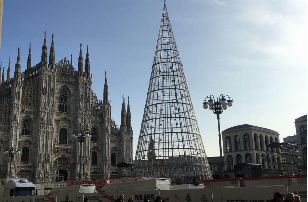Der Mailänder Weihnachtsbaum ist dieses Jahr aus Eisen: Minimalistisch-modern oder herz- und traditionslos? Foto: Stzn/Almut Siefert