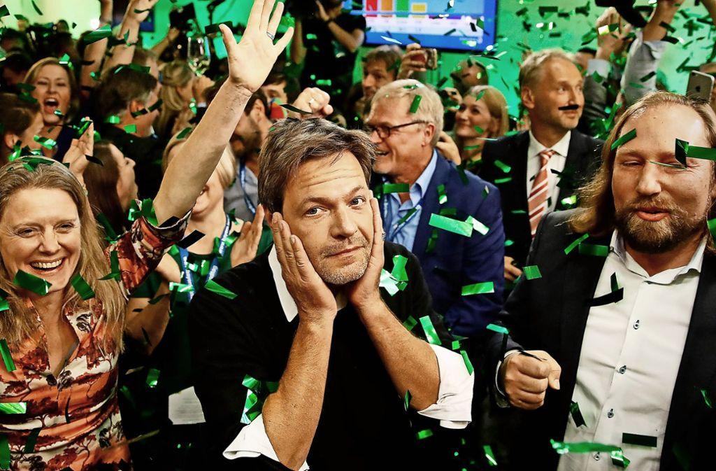 Robert Habeck  (Mitte) auf einer Wahlparty in München nach der Landtagwahl in Bayern. Foto: AFP