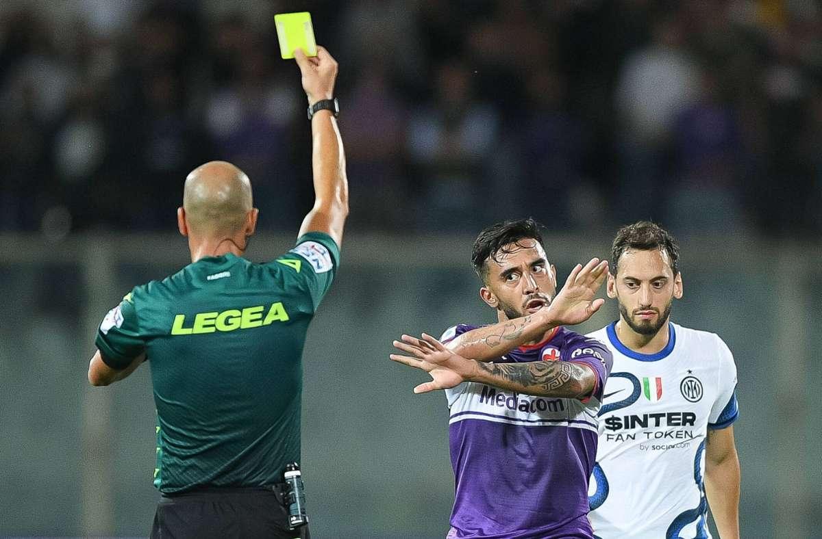 Nicolas Gonzalez gefällt die Entscheidung des Schiedsrichters nicht. Foto: imago images/Giuseppe Maffia