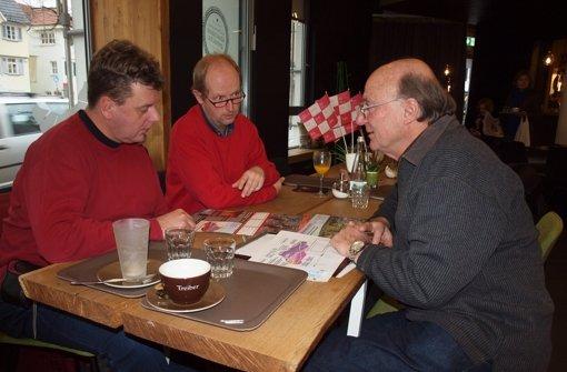 """Michael Köstler, Klaus Gebhard und Gerald Kampe sind der Meinung, dass dem Fernsehturm Ungemach droht wegen des Baus des Fildertunnels. Als """"Fernsehturmfreunde"""" streiten sie für eine Alternative. Foto: Cedric Rehman"""