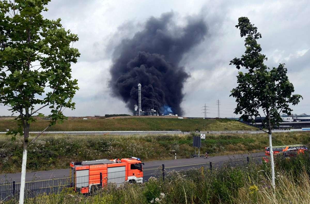 Die Rauchwolke über dem Chempark in Leverkusen war kilometerweit zu sehen. Foto: AFP/ROBERTO PFEIL