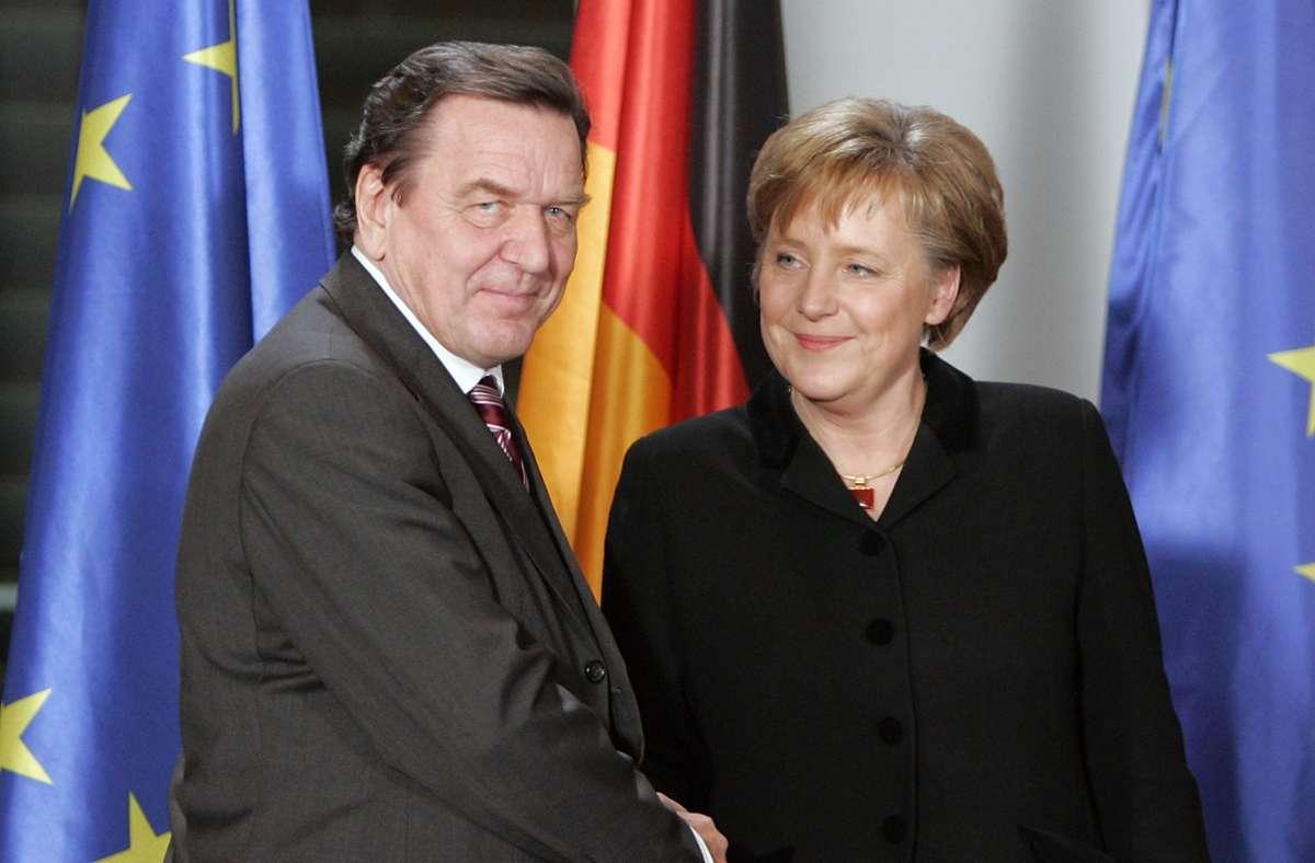 Berlin, 22. November 2005: Der bisherige Bundeskanzler Gerhard Schröder übergib das Bundeskanzleramt an die neue Kanzlerin Angela Merkel. Foto: picture alliance/dpa/Peer Grimm