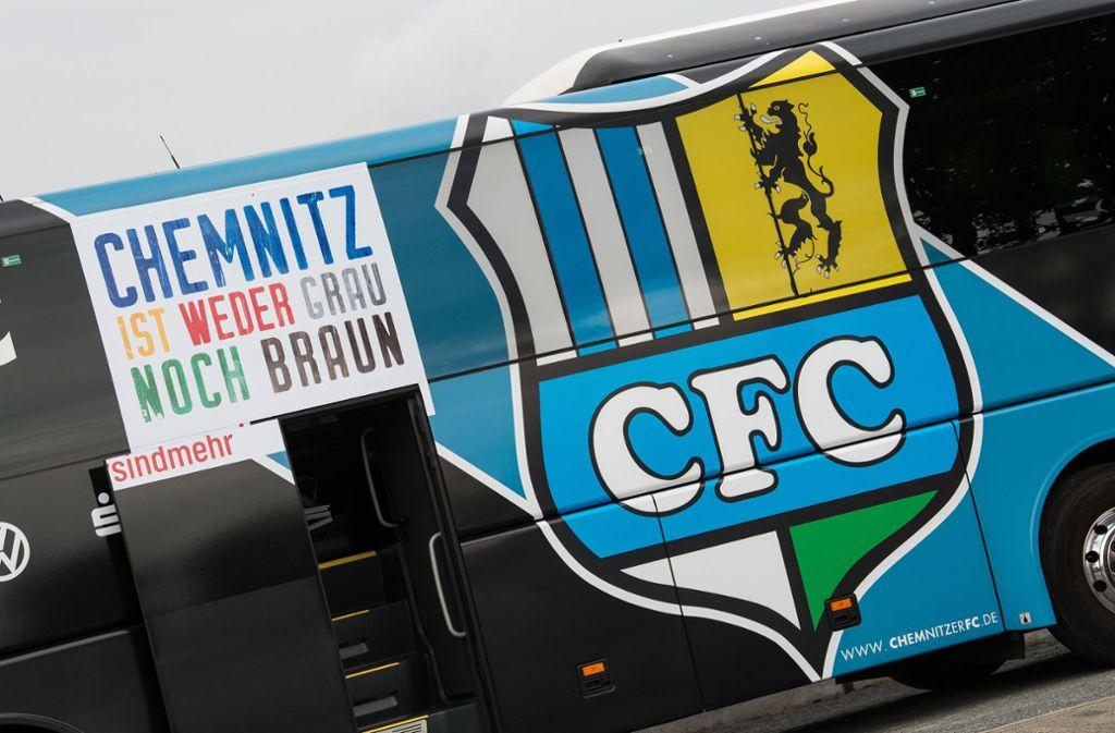 """Auch der Mannschaftsbus wurde mit dem Schriftzug """"Chemnitz ist weder grau noch braun"""" angebracht. Foto: dpa"""